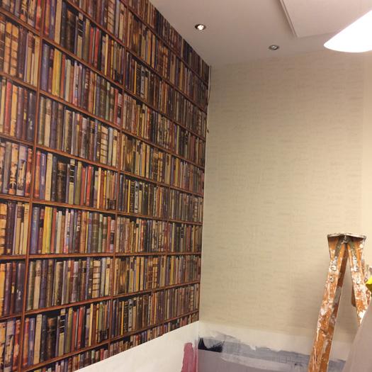 Idee e soluzioni per dipingere e decorare una parete df for Carta da parati libreria